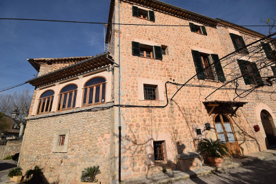 Large renovated townhouse with garden and garage in Sóller