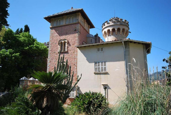 Beautiful large castle in quiet location overlooking the for Dreamhomes com