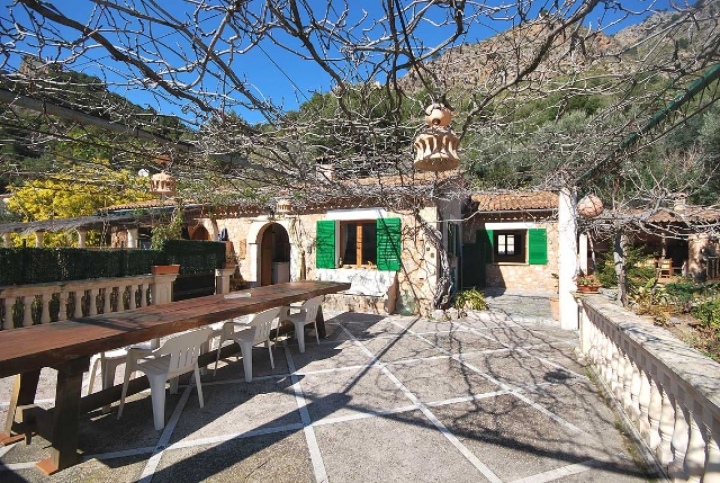 Small chalet with barbecue and garden in cala tuent for Www dreamhomes com